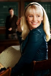 spider-man-gwen-stacy-bryce-dallas-howard-movies-blonde-hair-smile-chair-2550x3772